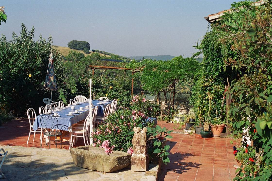 Breakfast on the large terrace in front of the house – enjoy the morning sun and the panoramic view over the Umbrian hill tops