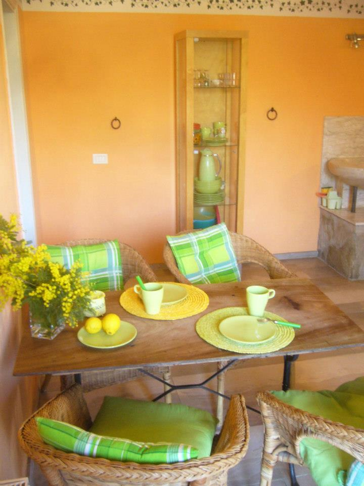 Warm and friendly colours in the dining area
