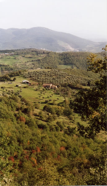 Amid the gently rolling hills of Umbria, far from roads and hectic life, the country house La Rogaia.